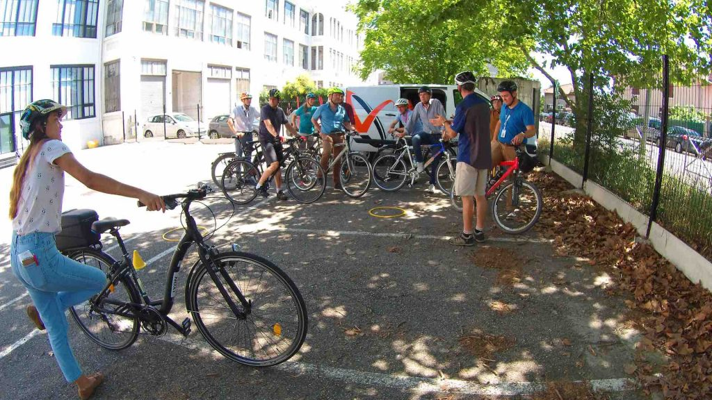 Consignes au groupe de participants à vélos.