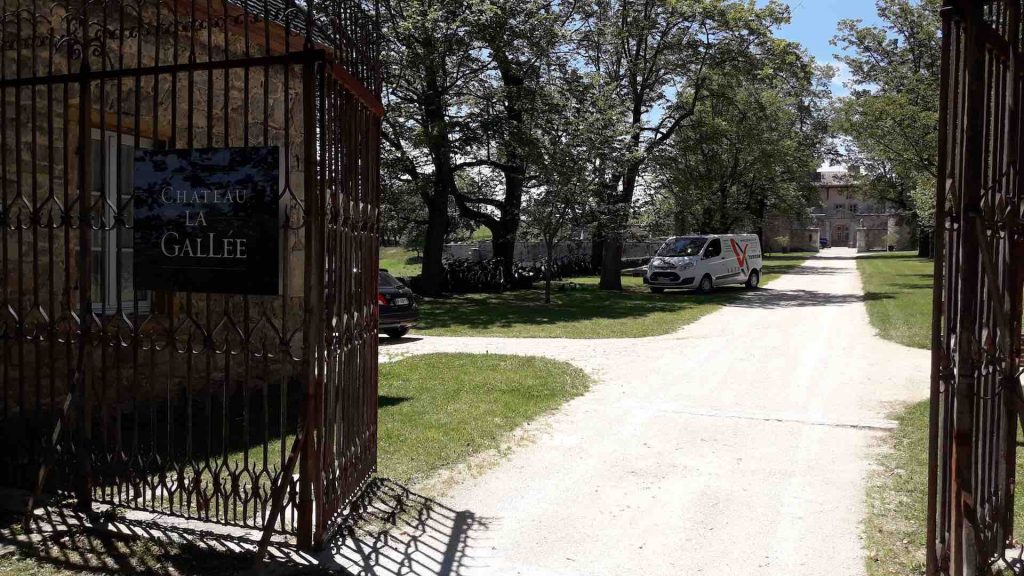 Les VTT à assistance électrique à l'ombre des arbres au château la Gallée à Millery