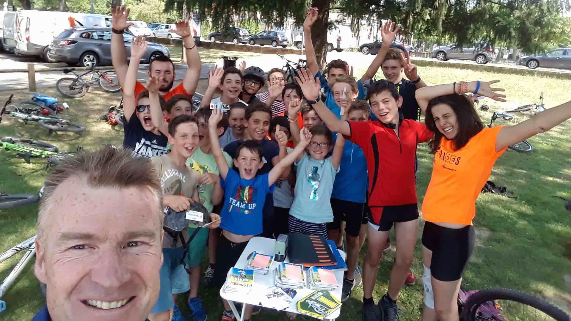 groupe de jeunes levant les bras de joie suite à un stage VTT à Brignais dans le Rhône